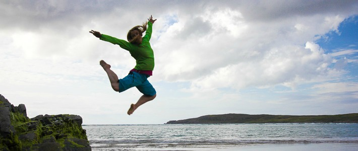 Jumping out of joy along the Wild Atlantic Way I @SatuVW I Destination UNknown